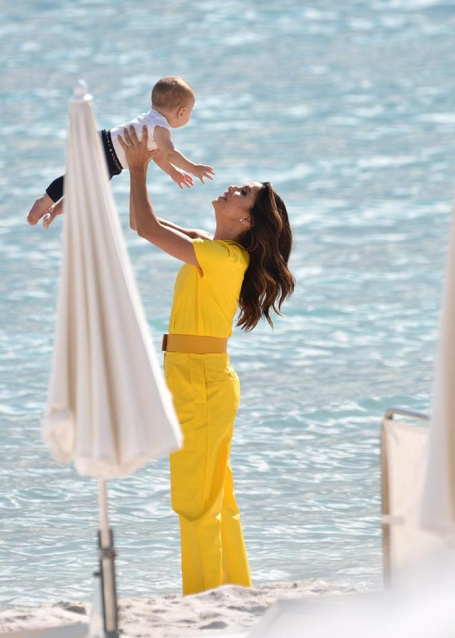 44歲伊娃不愧為時尚辣媽!黃色連體褲霸氣抱娃,不到一歲兒子超萌