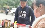 實拍:一家三口開三輪車路邊賣小吃五塊錢一份,成初中生們的最愛
