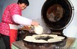 山西7旬農村大媽做1種美食1鍋出12個,現做現賣,冬天吃著很過癮