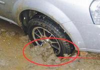 車輪陷進泥裡出不來?教你一個簡單方法,輕鬆脫離泥坑!