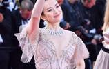 章子怡現身戛納閉幕紅毯,一襲粉色深V長裙珠光寶氣,又仙又美
