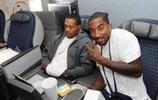 NBA球星在飛機上愛幹啥!孫悅看視頻,一旁科比的手在幹嗎?