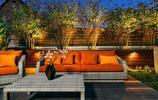 庭院設計:灰色戶外傢俱搭配可拆卸的橙色坐墊,這別墅花園美翻了