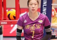 楊藝的隊長職位在女排亞俱杯開賽前被拿下,為何有的球迷稱早該如此?