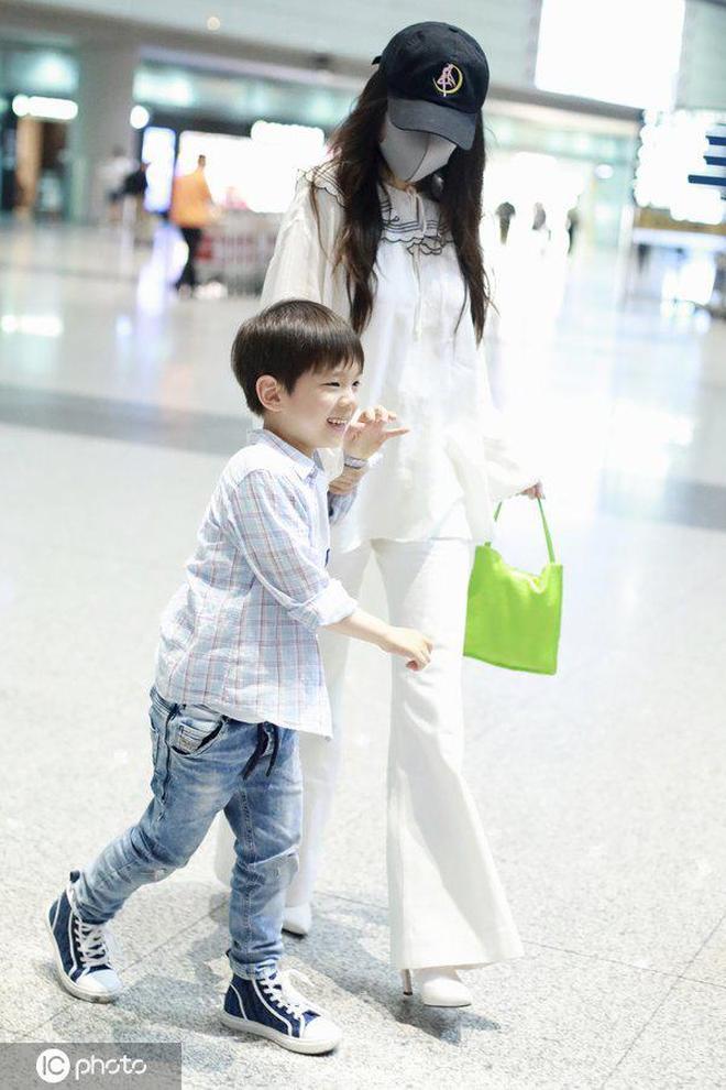 霍思燕機場被兒子牽著跑,嗯哼安靜不下來,不到6歲已是大長腿