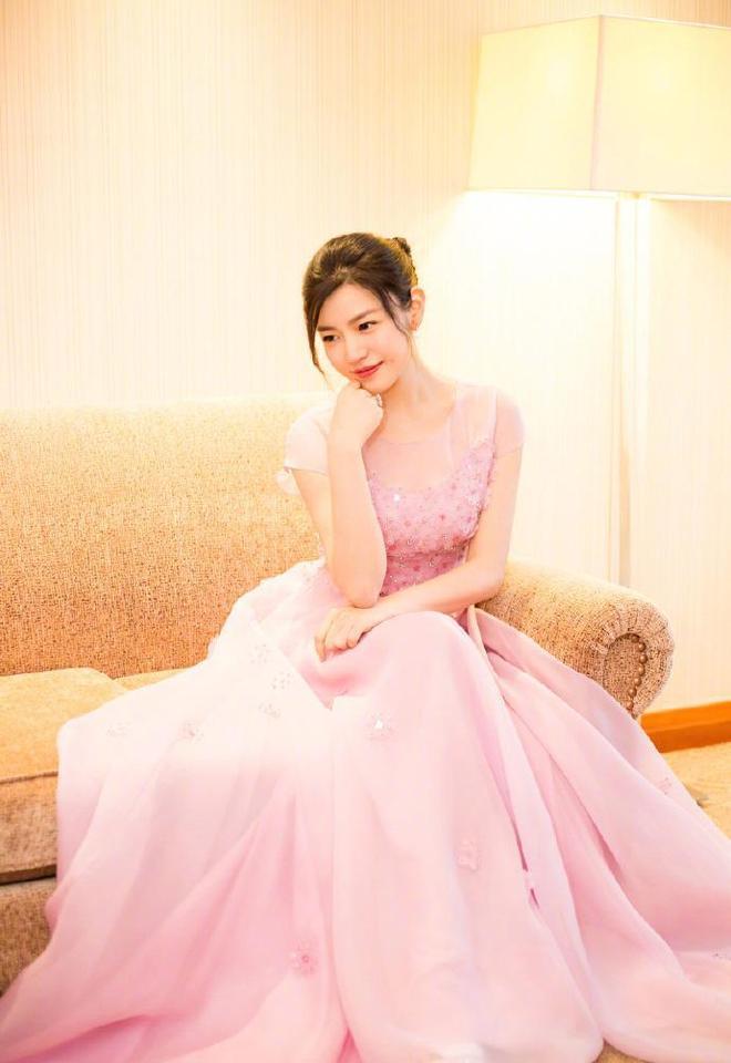 陳妍希:甜美粉色長裙優雅寫真