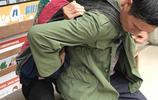 雲南54歲男子,用嬰兒揹帶背老母親看病7年,只希望母親多活幾年