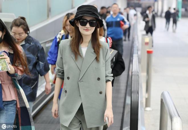 25歲徐璐現身機場,黑鏡遮臉笑意濃,皮膚嫩到滴出水
