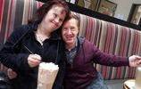 這對夫妻都患唐氏綜合症,受到很多人質疑,20年後卻恩愛如初