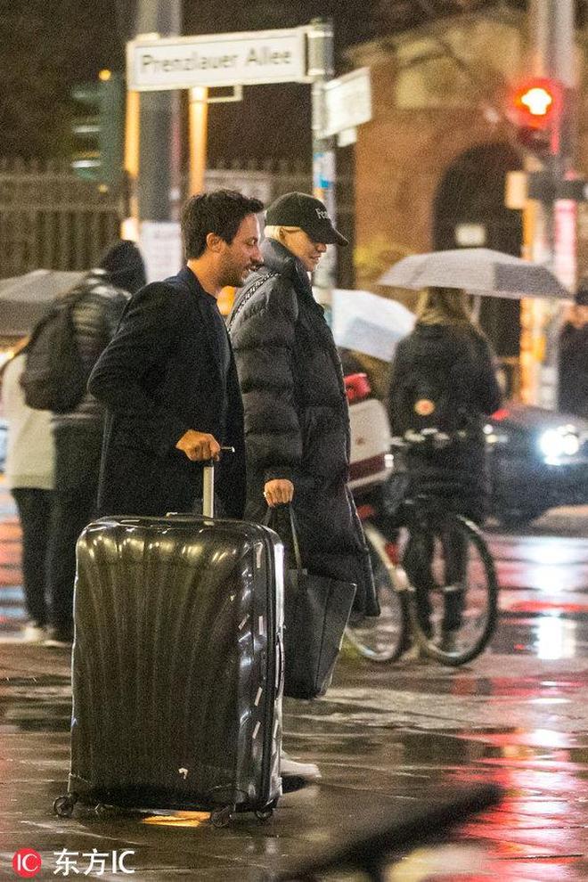 赫迪拉超模前女友疑似有新歡 與緋聞男友雨後現身柏林街頭