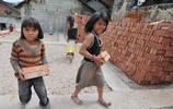 貴州一家6口人住30平米房子,3個女兒1個兒子齊搬磚,幫父母建房