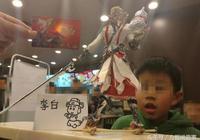 奇葩事:王者榮耀玩家用雞骨架做了個李白,旁邊的小學生看傻眼了