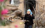 農村86歲老人打工一天掙30元,她6個孩子在幹啥?看她生活成啥樣