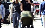 佐伊·索爾達娜張嘴吃冰激凌表情誇張 丈夫變身好爸爸輕推嬰兒車