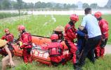 4村民在田間勞作,瞬間被洪水圍困,距離岸邊100米開外