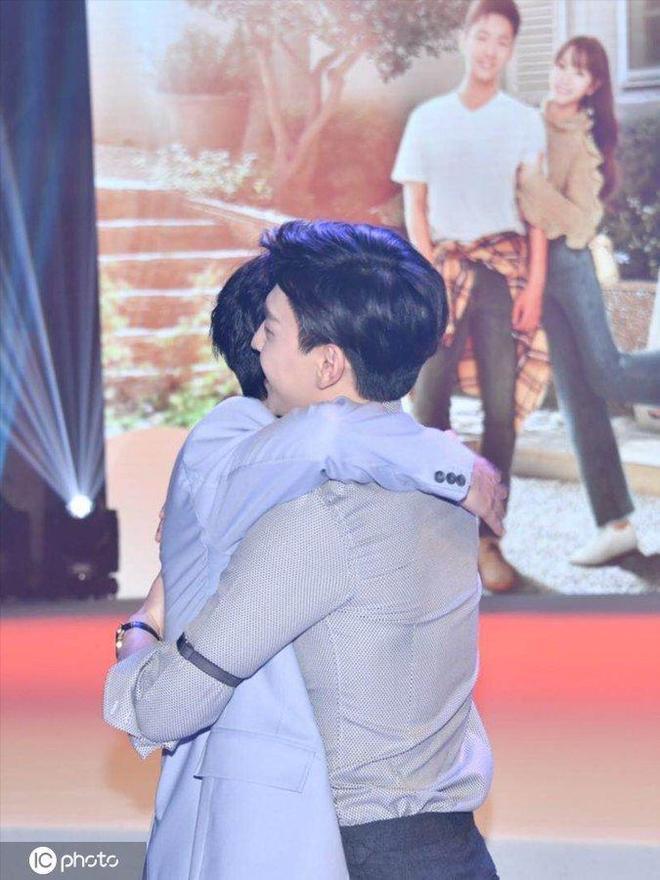朱一龍鄧倫激情擁抱,兩人同框一個冷峻帥氣一個呆萌笑容暖心