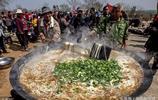 三口大鐵鍋同時煮出2000碗湯麵條,2000人同時食用,網友說:餓了