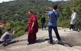 景點人滿為患,遊客拍一張完美留影照,太難了