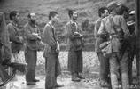 老照片:日軍被抗日戰士俘虜,圖3日軍俘虜們排隊吃飯!