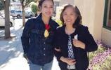 62歲劉曉慶全家人合影 和同齡人站在一起簡直可以以母女相稱!