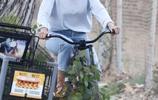 羅茜·漢丁頓-惠特莉和傑森·斯坦森攜兒子街頭騎行,鐵漢也柔情