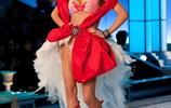 超模米蘭達·可兒腳踩高跟鞋,化身精靈閃耀維密T臺,光彩奪目