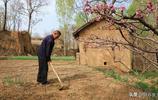 7旬農村老人守在黃土山溝裡一輩子不願出去,看看他活成了啥樣子