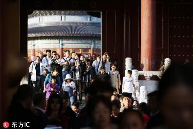 北京天壇公園公園國慶假期人氣旺 遊客熙熙攘攘