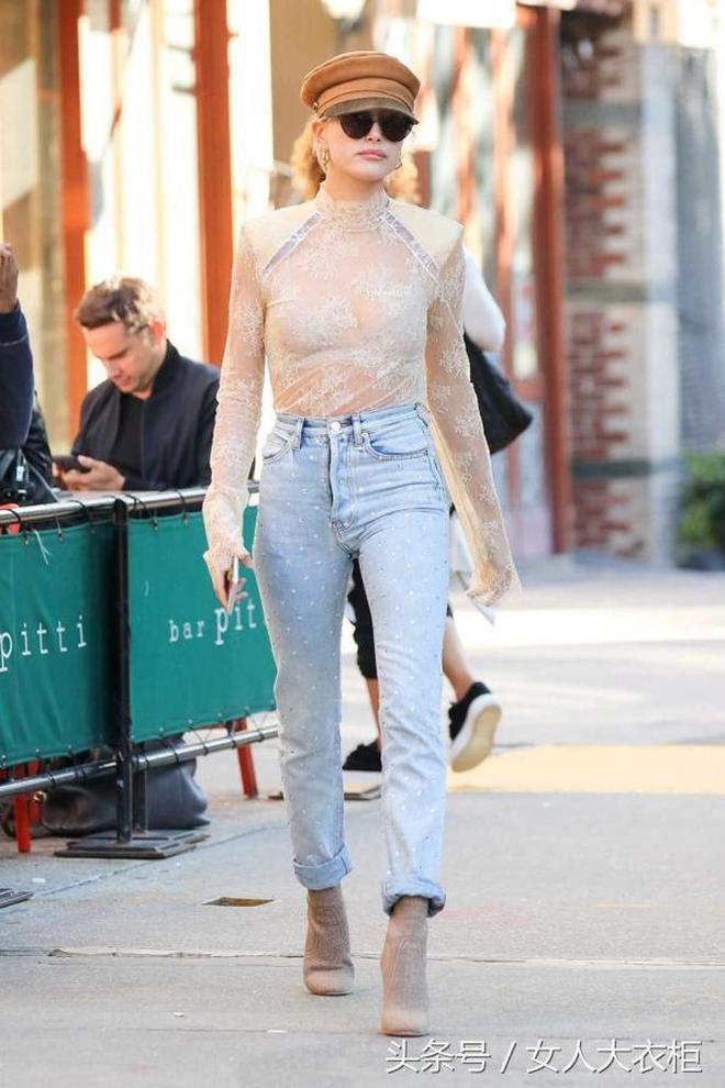每日穿搭|海莉鮑德溫蕾絲透視衫膚白,金卡戴珊黑絲透視褲無匹