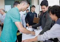 球迷拿C羅皇馬7號球衣要簽名,C羅笑容滿滿的簽名,笑著問,你沒有尤文的麼,如何評價?