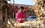 山西中年農民趕集上會賣大蔥,賠錢也要賣,看是咋回事