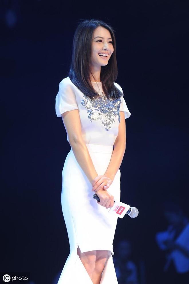 女神高圓圓穿一席白色長裙照片,非常漂亮。