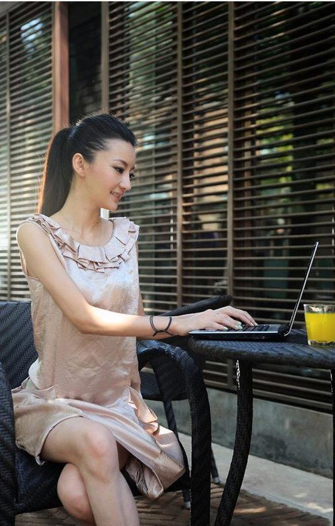 小智圖說-在家休息坐在餐桌旁吃午餐,開心玩筆記本的氣質美女!