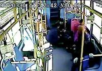 青島一好心護士公交上救助犯病乘客 幫忙按摩減輕疼痛