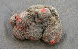 男子海邊撿到紅色巨型石頭,回家仔細研究發現是塊寶
