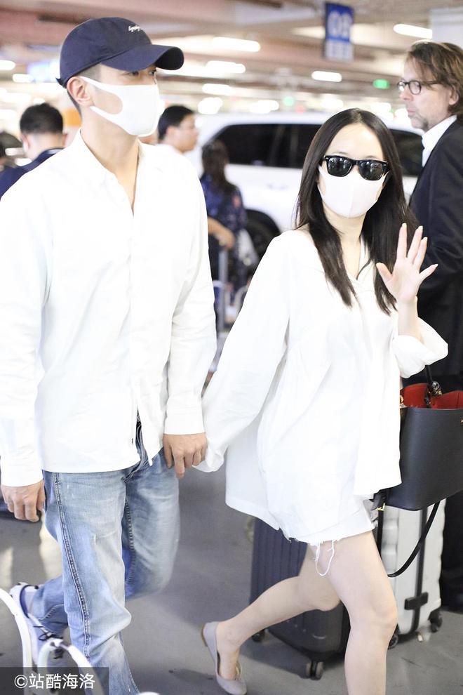 霍思燕 杜江夫婦穿情侶白襯衣過二人世界 十指緊扣狗糧撒不停