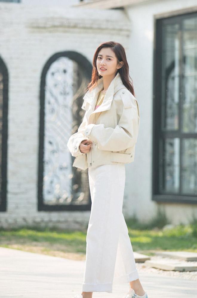 陳鈺琪軟萌甜美風街拍照:有顏值、有身材,更有未來