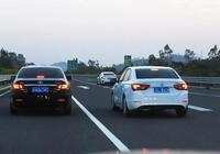 如果汽車在高速公路上爆胎了,這三個方法要牢記,能夠不被扣分