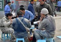 農民工吃飯被趕,第二天帶了一批人來,嚇的老闆賠禮道歉