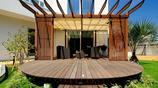 庭院案例:有摺疊防雨棚,圓形防腐木地臺和小型籃球場的私家花園