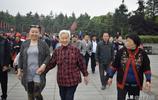 了卻多年心願,湖北84歲老人在女兒陪同下,去韶山看毛主席故居