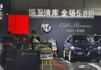 兩款價格相差接近20萬的車,因國六政策而碰到一起,你會怎麼選?