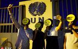 伊拉克民眾在歐盟大樓前集會 舉表情包抗議封鎖庫爾德斯坦