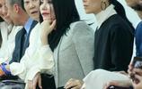 48歲王菲與49歲那英同臺看秀,簡直就是黑白配,不過這表情亮了!
