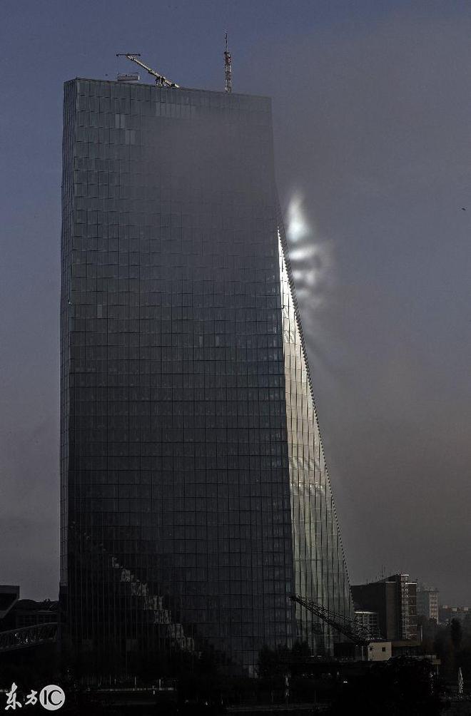 太陽從窗戶反射到歐洲中央銀行總部法蘭克福的薄霧周圍