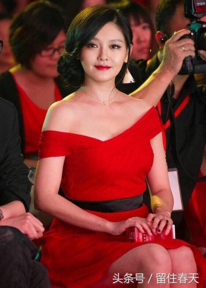 41歲大S一身紅裙,身材發福變水桶腰!網友:真是一胖毀所有啊!