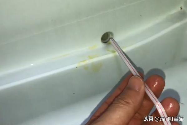 """冰箱裡藏了個""""小機關"""",只需用一根吸管戳一戳,冰箱不再結冰!"""