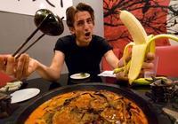 老外想用幾千塊嚐遍中國菜,結果剛吃一口,他表示太低估中國菜了