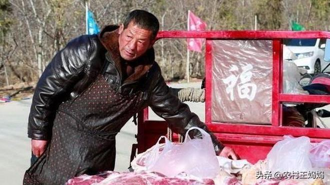 年底農村大集豬肉攤太火了,攤主大哥用了一妙招,老顧客絡繹不絕