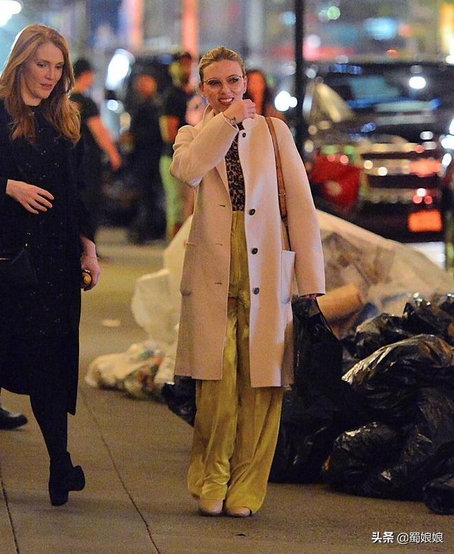 斯嘉麗·約翰遜現身紐約,高腰褲穿出混搭風,這褲子一般人穿不了